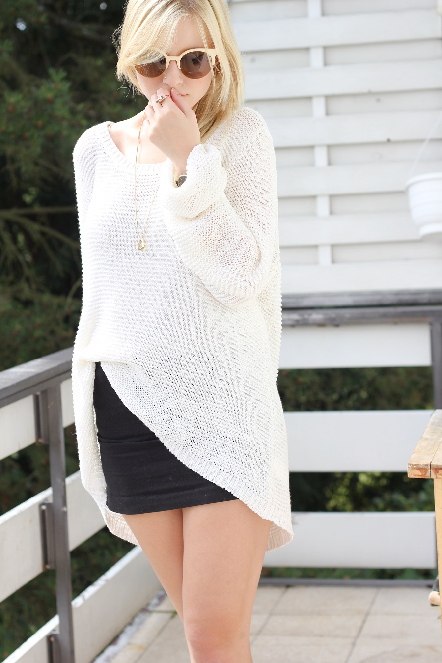 outfit-white-knitter-skirt-blonde