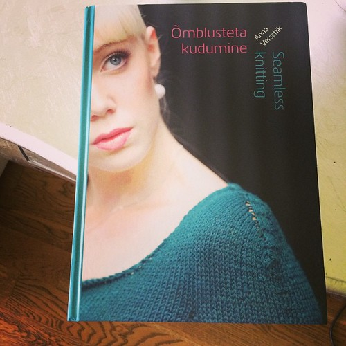 So happy :) the book Seamless Knitting by the talented Anna Verschik has just arrived:) Così felice :) Il libro Seamless Knitting della bravissima Anna Verschik è appena arrivato :)