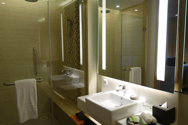 Deluxe Room's bathroom at Courtyard by Marriott Bali Seminyak - Aug 2014
