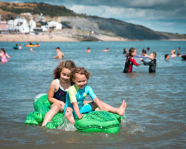 bambini su canotto in acqua al mare