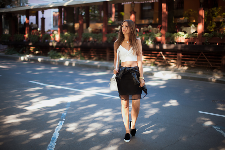 sporty-chic-outfit-skirt-slipons