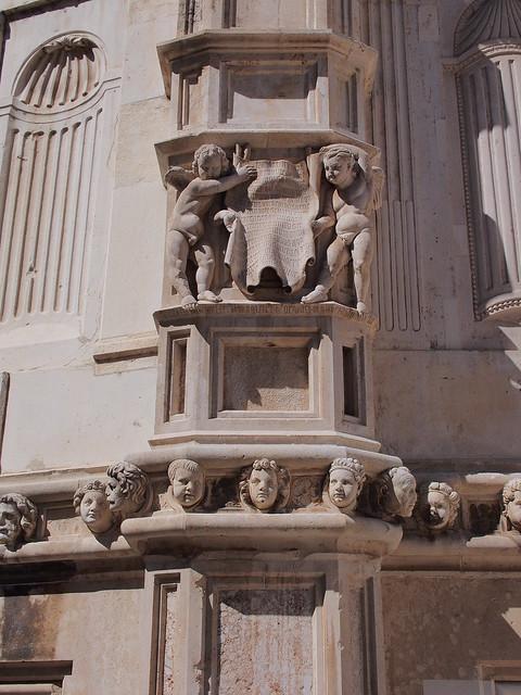教堂外牆上的雕刻人頭與小孩雕像