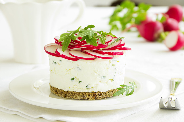Snack-cheesecake made from cottage cheese with onions and radishes.