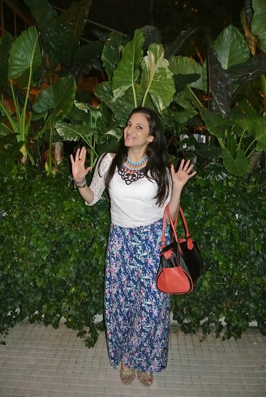 ook con pantalones palazzo en estampado floral , blusa con mangas de encaje y collar étnico en jfashion.co