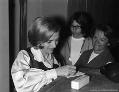 Germaine Dugas signant des autographes à la boîte à chansons «Sous les étoiles», 6 juillet 1965, VM94-S52-016
