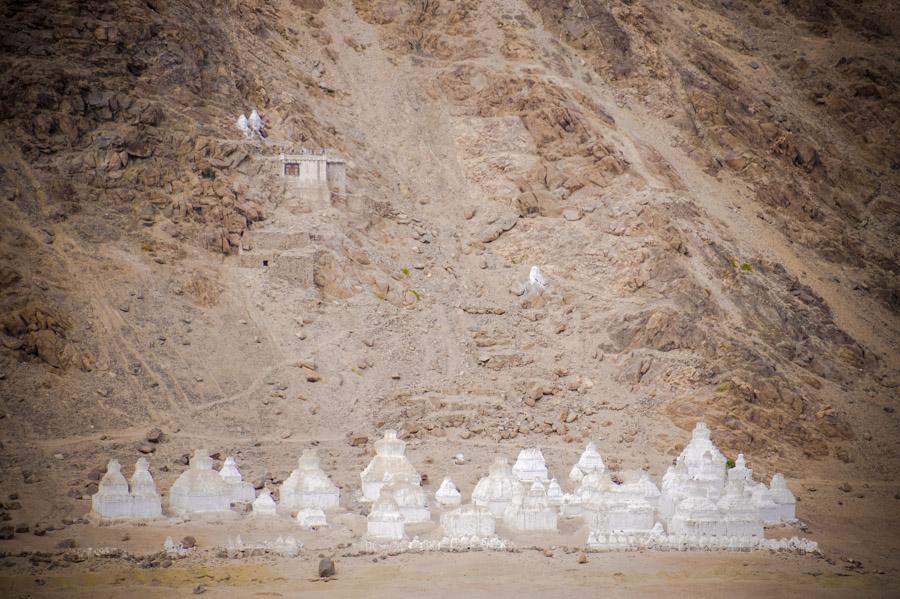 Рядом с Шей гомпой огромное множество чортенов. Монастыри Ладакха (Монастыри малого Тибета) © Kartzon Dream - авторские путешествия, авторские туры в Ладакх, тревел фото, тревел видео, фототуры