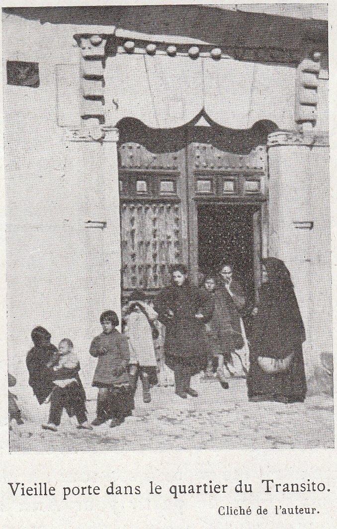 Una portada en la judería cerca de la sinagoga del Tránsito a comienzos del siglo XX. Fotografía de Élie Lambert publicada en su libro Les Villes d´Art Célebres: Tolède (1925)