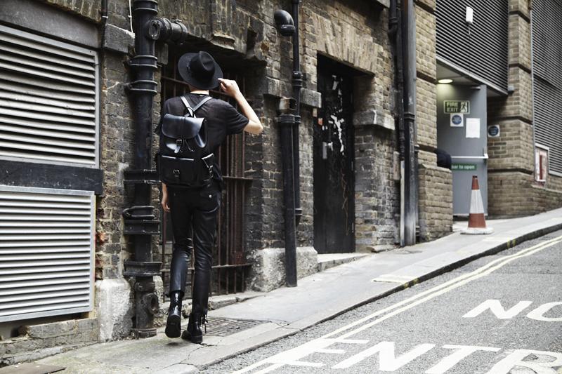 mikkoputtonen_fashionblogger_outfit_aldo_leatherpackback_isabelmarantpourHM_leatherpants_topman_hat_allblack_style_london_tigerofsweden_1_web