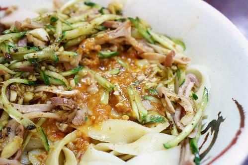 裡面混著蒜粒和花生醬