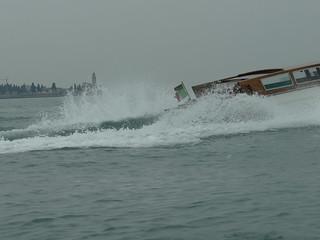 mit wütender Schnelligkeit jagen Piraten durch die Lagune, im Hintergrunde klingen Harmonie und Wogengeräusche 02981