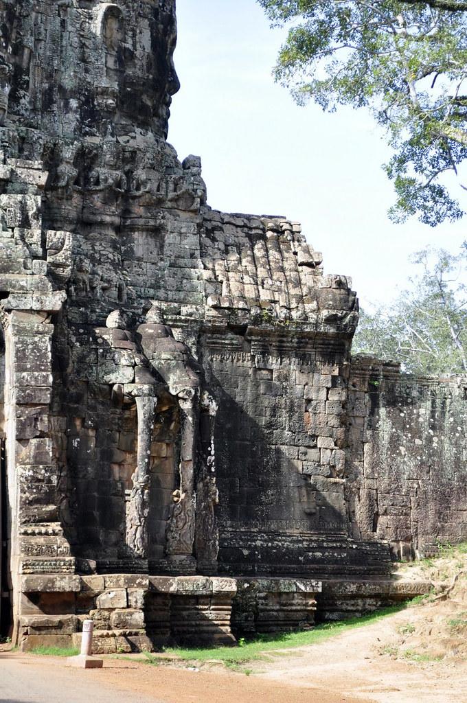 Puerta Sur de Angkor Thom visitar los templos de angkor en un día - 15263371640 9490d67a82 b - Visitar los templos de Angkor en un día