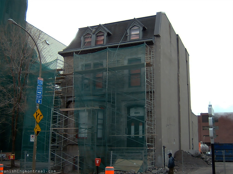 Greystone demolished - next to Trinity Anglican church - Eglise St-Sauveur (Nov 2010) 9