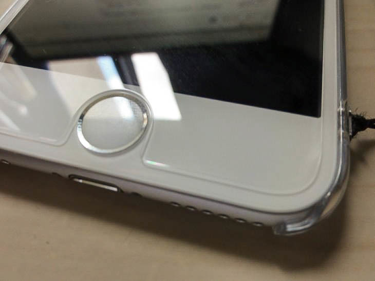 iPhone6のサイズに対し、小さいサイズなので浮いているようだ