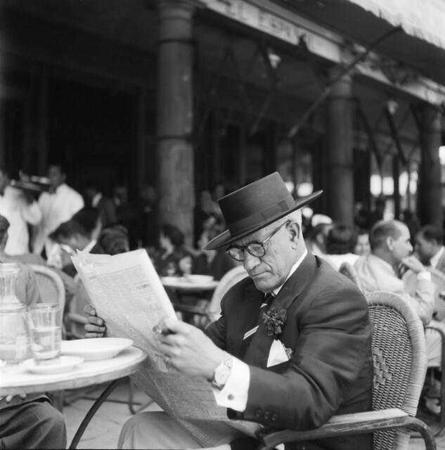 Leyendo el periódico en la terraza del café Español de Zocodover en los años 50. Fotografía de Francesc Catalá Roca © Arxiu Fotogràfic de l'Arxiu Històric del Col·legi d'Arquitectes de Catalunya. Signatura B_5641_463