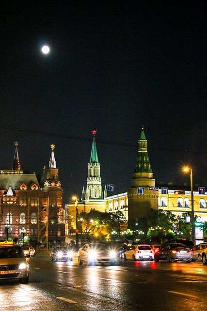 Super moon and Kremlin view from Tverskaya Street, Moscow モスクワ、トヴェルスカヤ通りから見たクレムリンと満月