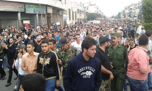 اعتصام المئات من اهالي الأطفال الذين قضوا بانفجار استهدف مدرستهم بحي عكرمة بحمص