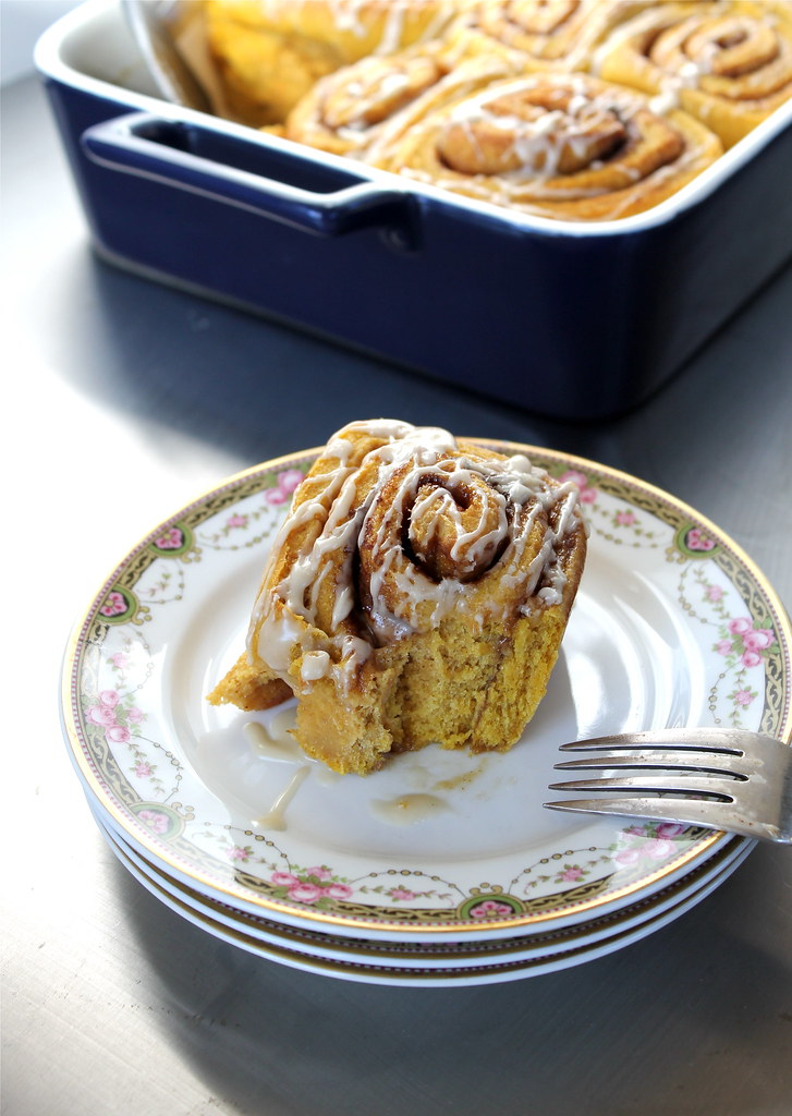 Pumpkin Cinnamon Rolls with Maple Glaze – vegan | http://www.katesshortandsweets.com