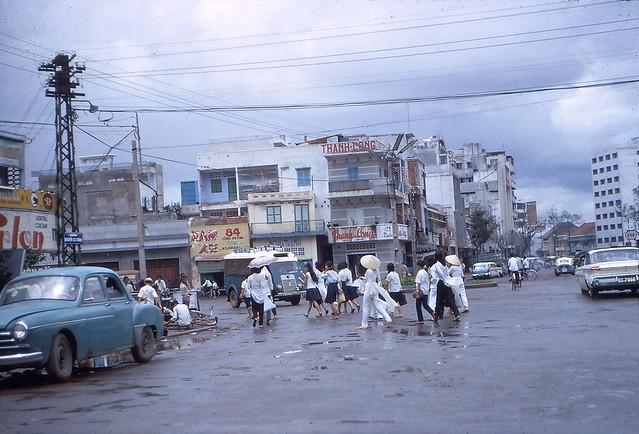 Saigon in the rain - Ngã ba Nguyễn Cư Trinh - Cống Quỳnh. - Photo by R Mahoney, 1966-67