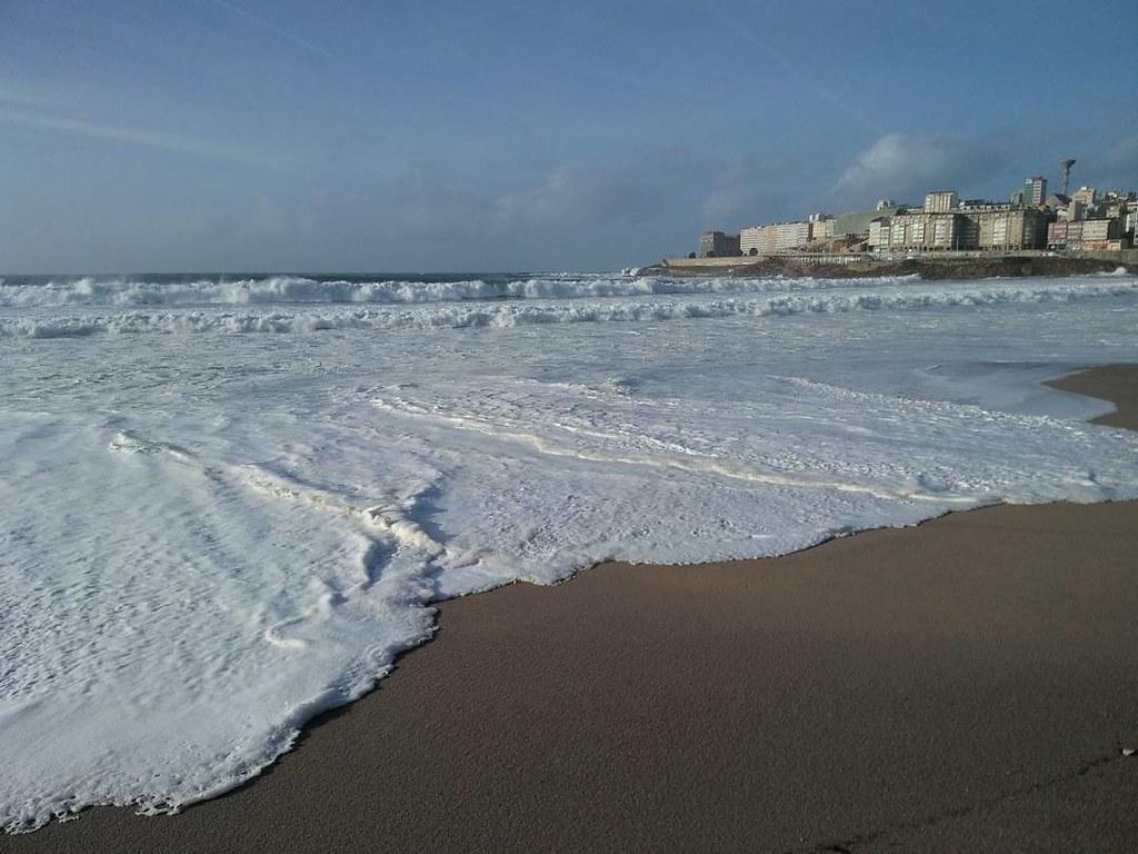Cuando la espuma engulle la playa. #temporal #coruña