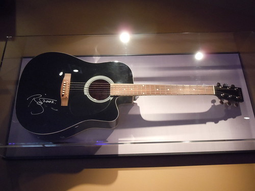 10/03/14 Hard Rock Cafe @ Mall of America, Bloomington, MN (David Bowie Autographed Guitar)