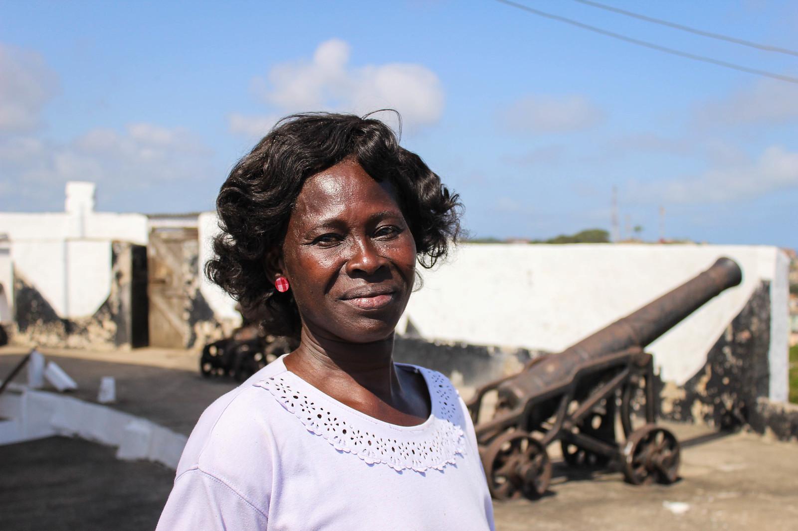 Die Leuchtturmwärterin - Mrs Abiyeh steht auf dem geräumigen Sockel von Fort William