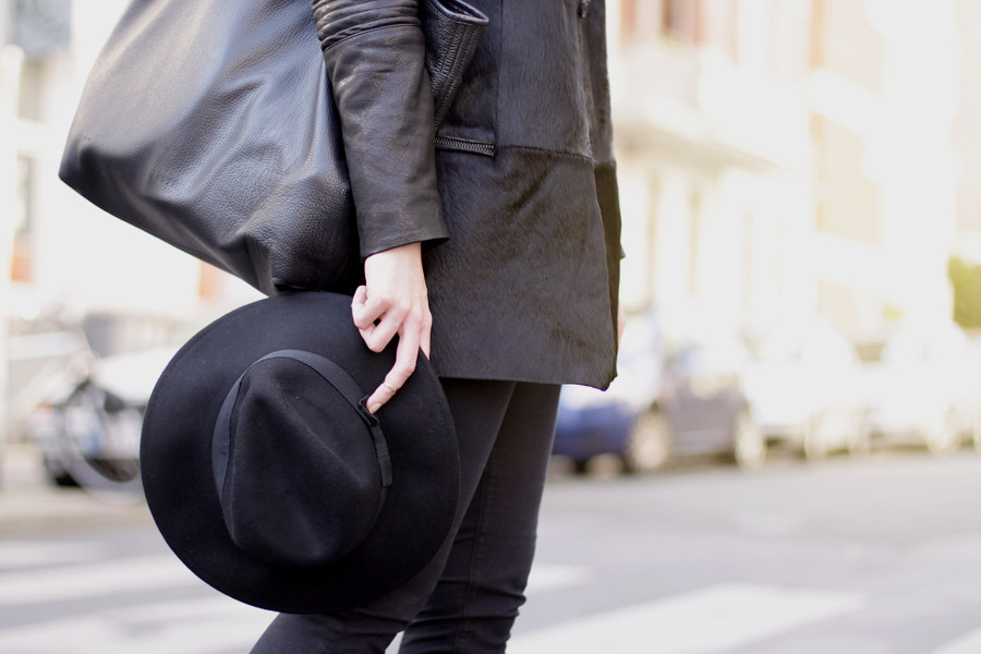 Muubaa coat black hat ootd outfit fall autumn styling dark cool city look cats & dogs ricarda schernus 1