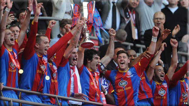 Picture of Crystal Palace players with Play-off trophy
