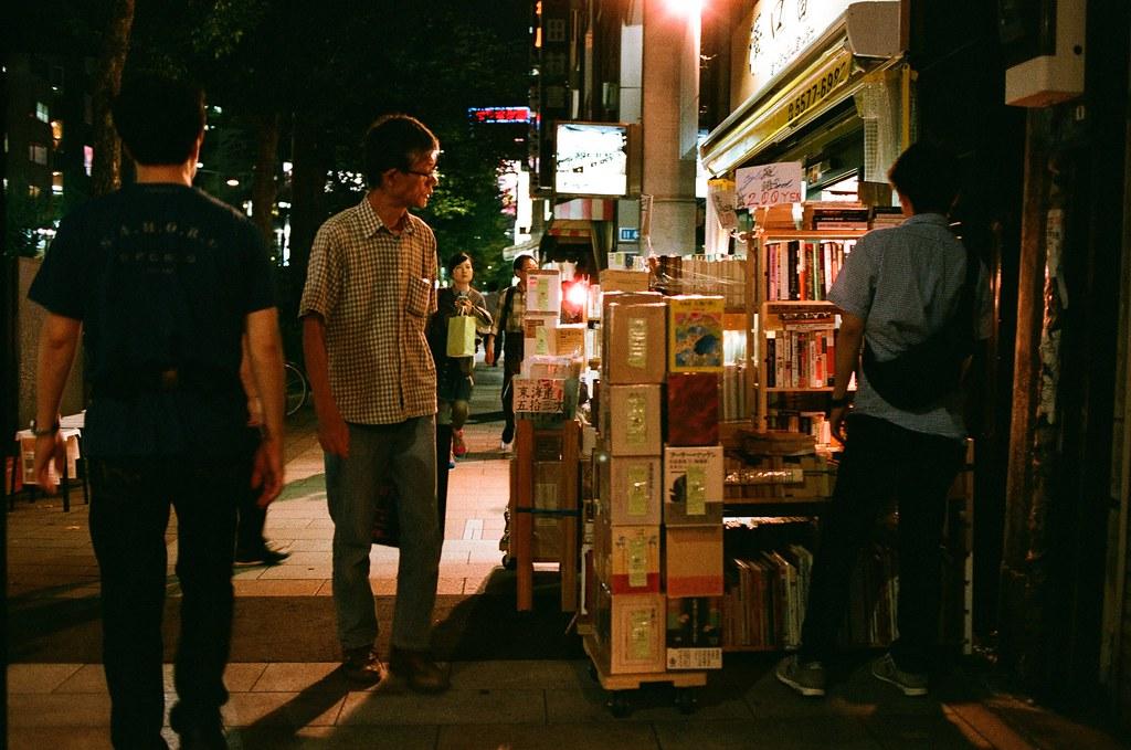 神保町 Tokyo, Japan / AGFA VISTAPlus / Nikon FM2 好多舊書攤會把書這樣晾在外面,走過去的人可以快速的掃描是否為正在尋找的書籍。  有些書店也很貼心的準備小檯燈,方便停下腳步沉溺在閱讀中的路人。  Nikon FM2 Nikon AI AF Nikkor 35mm F/2D AGFA VISTAPlus ISO400 1000-0038 2015-10-03 Photo by Toomore