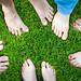 Barfuß auf dem Rasen by wuestenigel