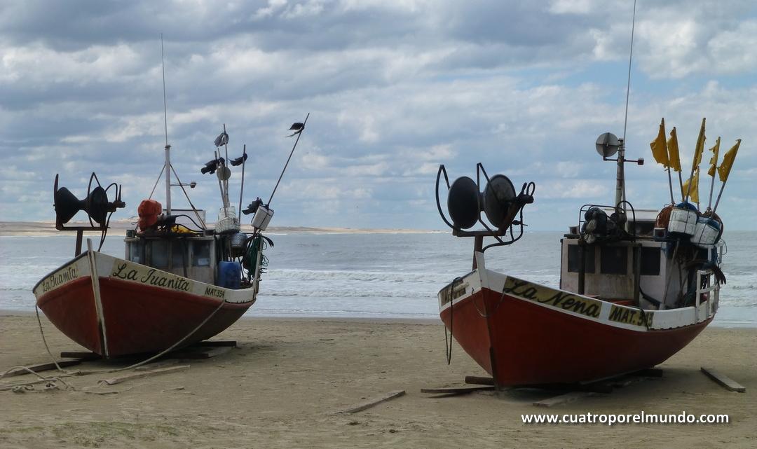 Barcas descansando en la paz de la playa