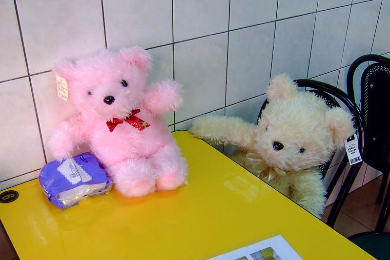 083-伊瑪斯餐廳裡的小熊玩偶_01-2