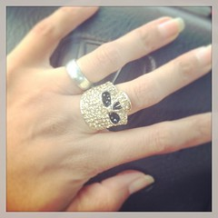 yellow(0.0), diamond(0.0), gemstone(0.0), hand(1.0), ring(1.0), finger(1.0), jewellery(1.0), platinum(1.0), nail(1.0), wedding ring(1.0),