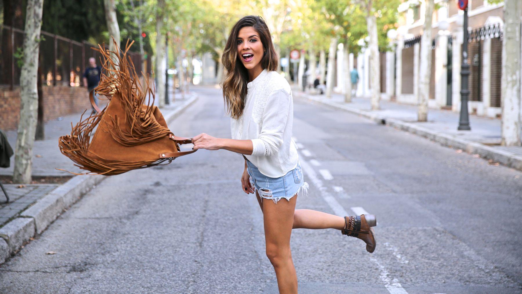 trendy_taste-look-outfit-street_style-ootd-blog-blogger-fashion_spain-moda_españa-boho-hippie-flecos-botines_camperos-cowboy_booties-mochila-backpack-blusa-camisa-denim-shorts-vaqueros-1