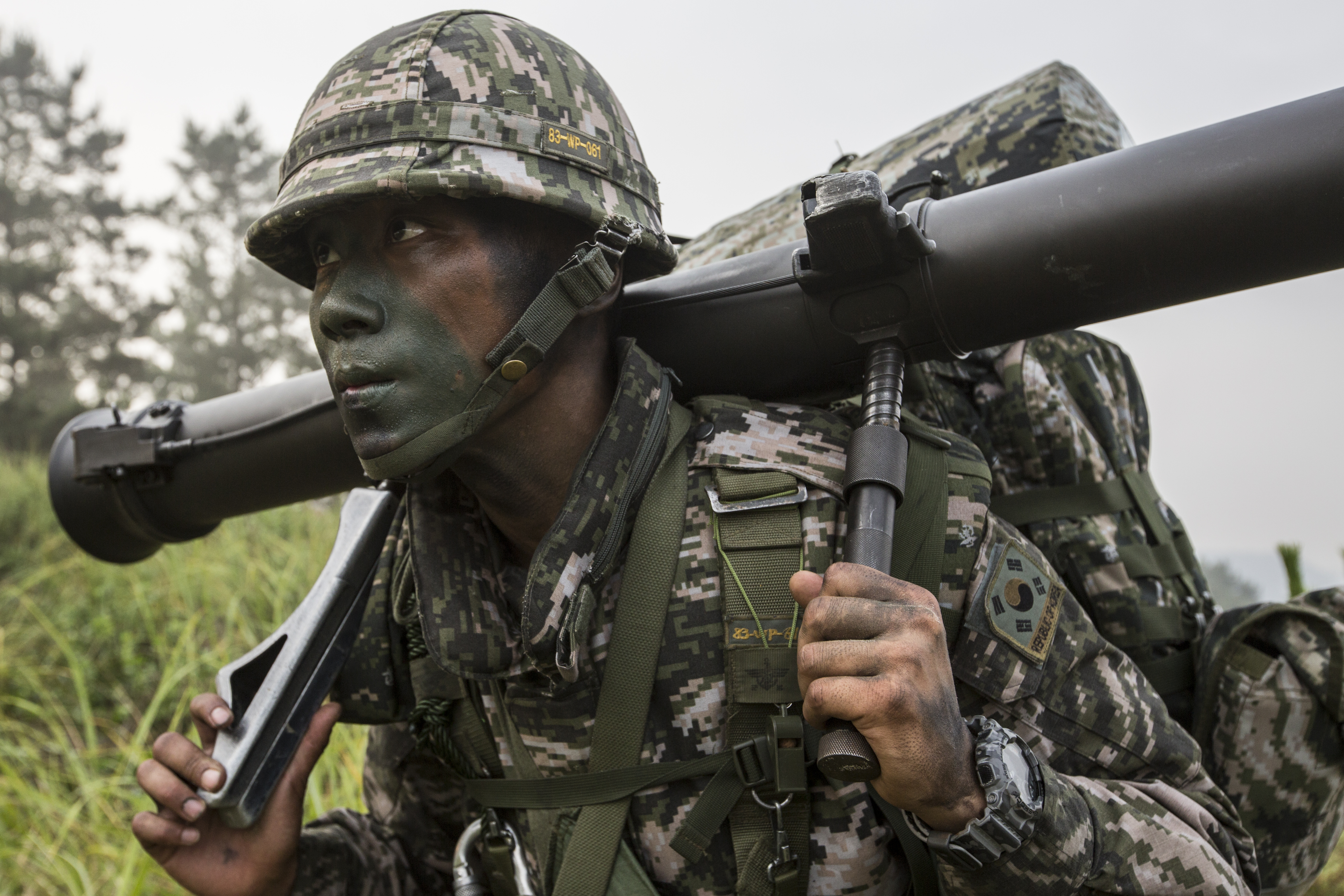 ROK marine lugging a 90mm M67 recoilless rifle [5233 x 3489 ...