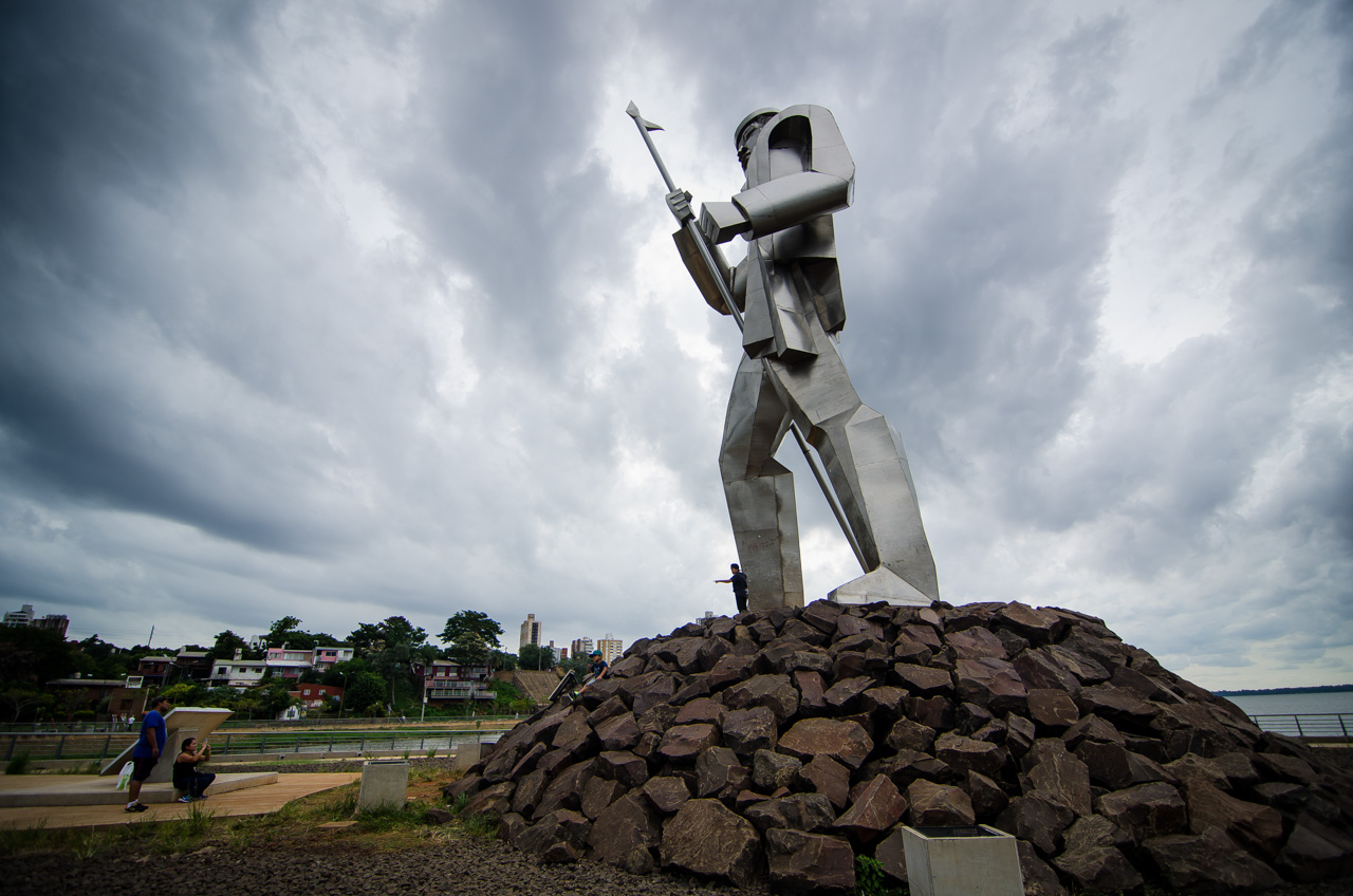 Turistas se toman fotografías frente al monumento a Andrés Guacurabí y Artigas en la costanera de la ciudad de Posadas (Argentina). Esta ciudad se une con Encarnación a través del puente internacional San Roque González de Santacruz. (Elton Núñez)