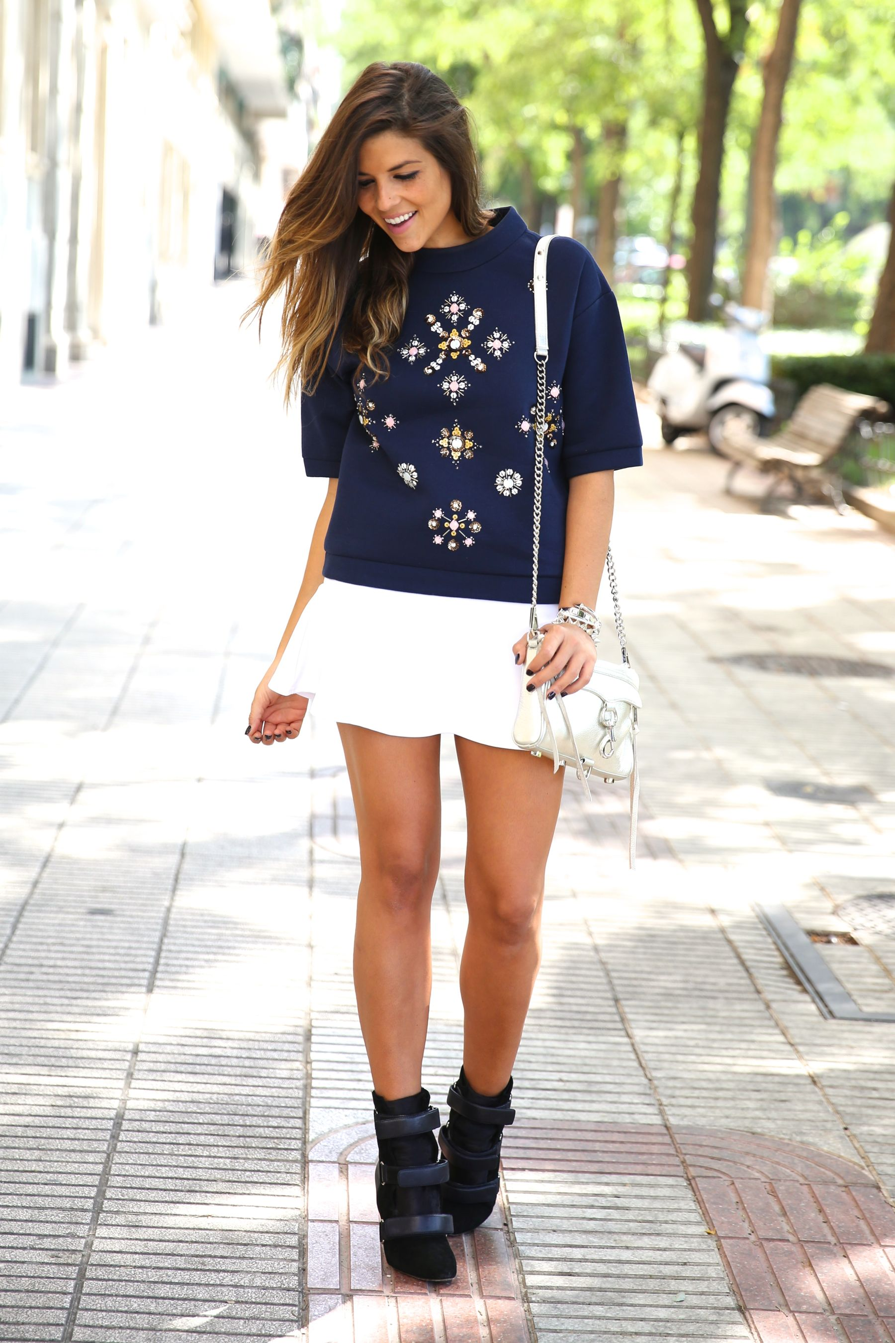 trendy_taste-look-outfit-street_style-ootd-blog-blogger-fashion_spain-moda_españa-sport_chic-isabel_marant-botines-booties-sudadera-pedrería-sweater-falda-skirt-blue-azul-trend-tendencia-bolso_plateado-silver-bag-13