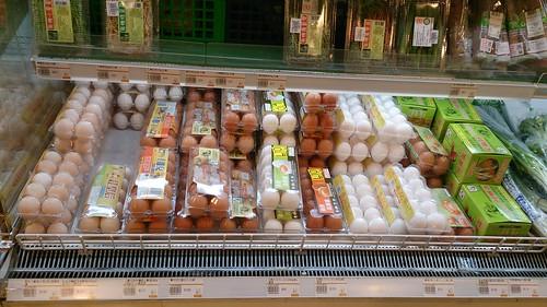 根據研究會調查,全台五大連鎖有機通路販售友善飼養的雞蛋比例極低,真正採友善飼養方式的雞蛋僅有8款(23%),其餘27款(77%)均來自違反動物福利、以格子籠密集飼養方式所生產的蛋。(來源:台灣動物社會研究會)