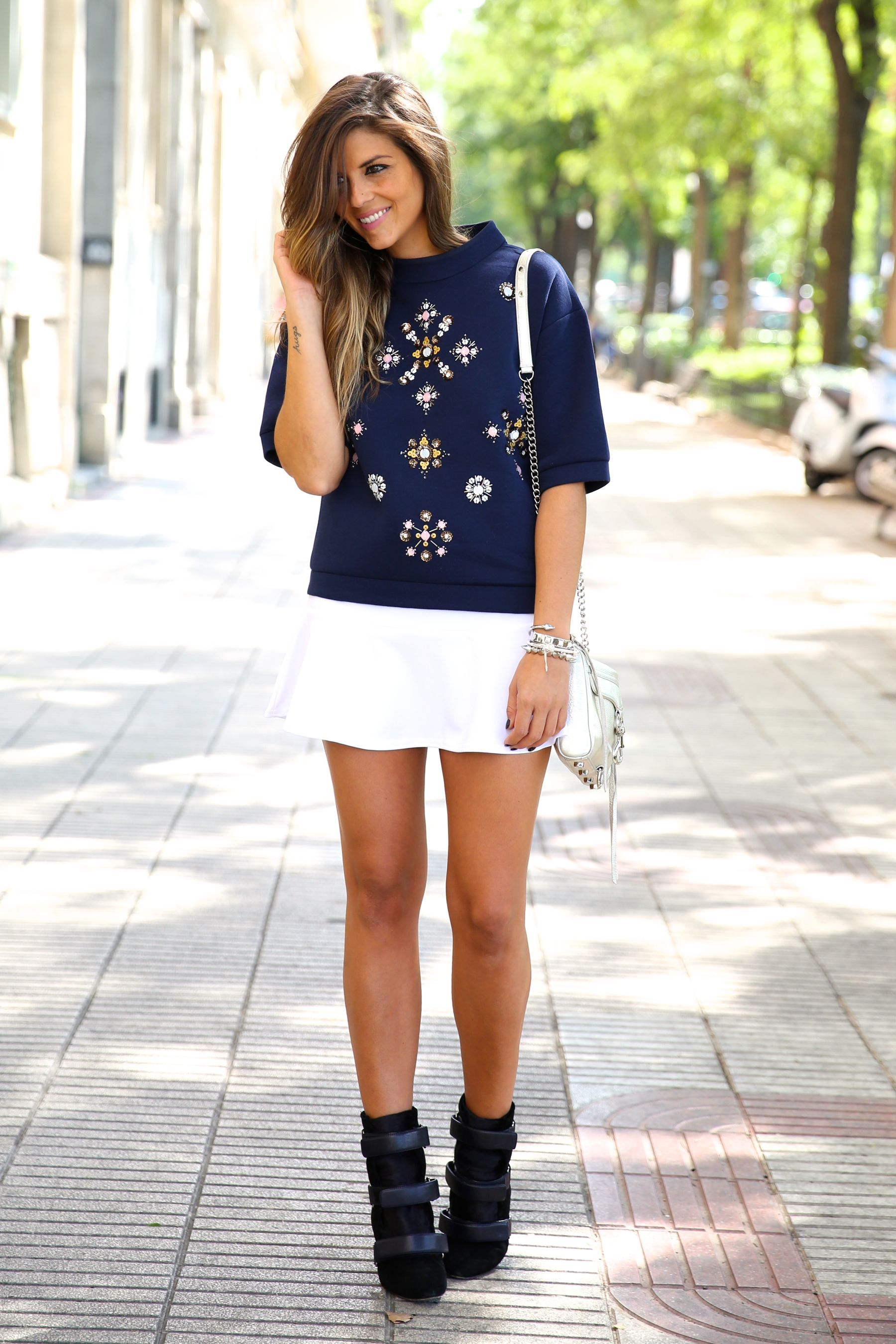 trendy_taste-look-outfit-street_style-ootd-blog-blogger-fashion_spain-moda_españa-sport_chic-isabel_marant-botines-booties-sudadera-pedrería-sweater-falda-skirt-blue-azul-trend-tendencia-bolso_plateado-silver-bag-9