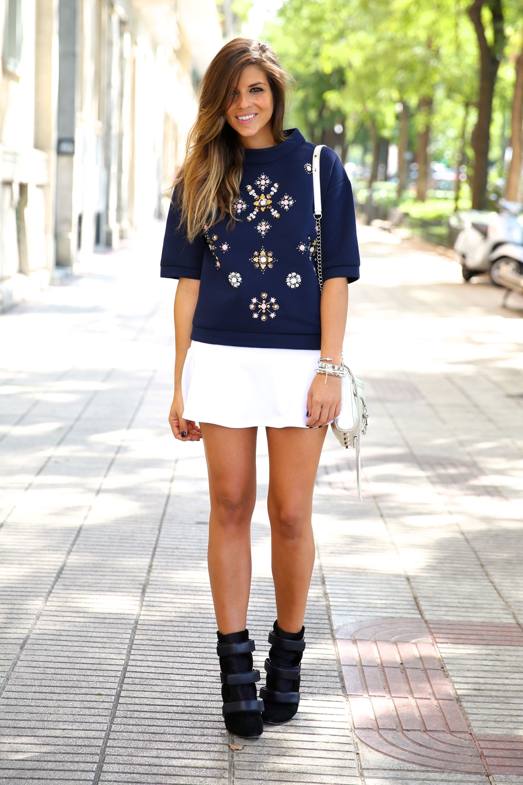 trendy_taste-look-outfit-street_style-ootd-blog-blogger-fashion_spain-moda_españa-sport_chic-isabel_marant-botines-booties-sudadera-pedrería-sweater-falda-skirt-blue-azul-trend-tendencia-bolso_plateado-silver-bag-10