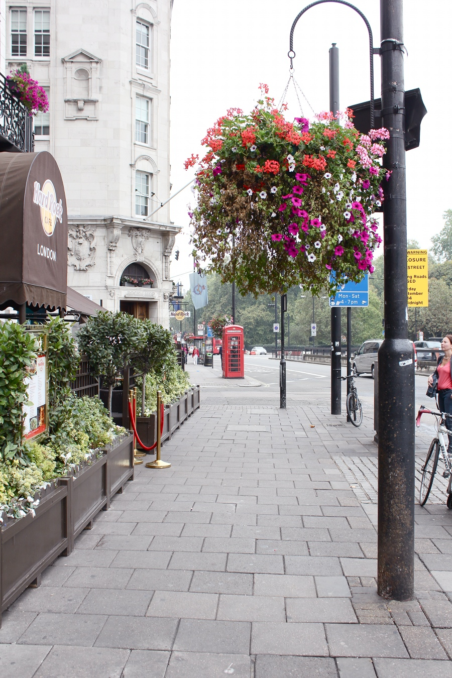 london-hard-rock-cafe-flowers-streetlight-telephone-box-red-british
