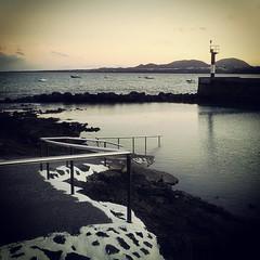 Cae la tarde sobre las aguas tranquilas del charcón. Arrieta un pueblo en la costa norte de Lanzarote.   #tienesquevenir #Lanzarote #canaryislands #quesuerteviviraquí #latitudDeVida #mar #sea #sunset #arrieta #haría #peace #beach