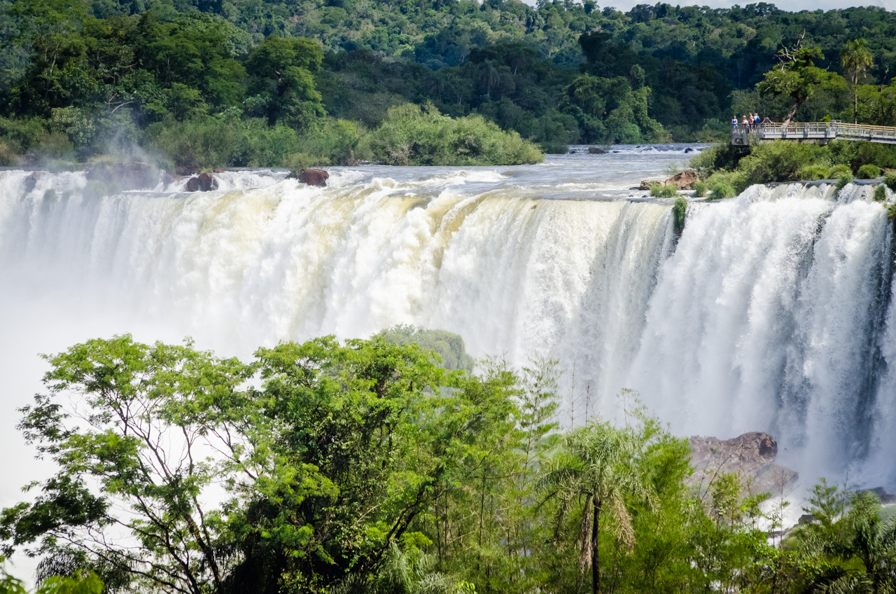 Una vista de las Cataratas del Iguazú desde un circuito de altura media. El Parque Nacional Iguazú cuenta con varios circuitos que permiten ver los saltos de agua desde distintos ángulos, todos los recorridos se hacen a pie y están perfectamente guiados. (Elton Núñez).