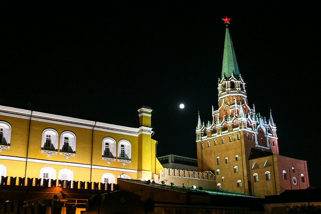 Illuminated Kremlin at night, Moscow モスクワ、ライトアップされたクレムリン外観