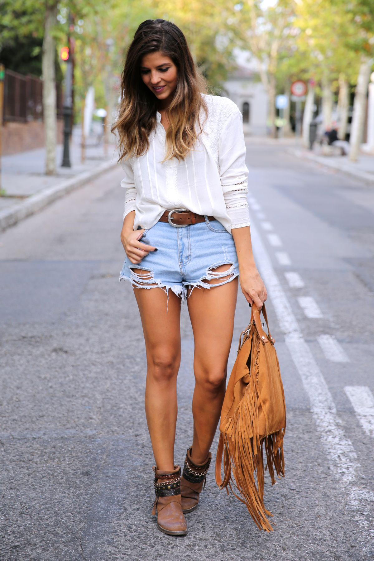 trendy_taste-look-outfit-street_style-ootd-blog-blogger-fashion_spain-moda_españa-boho-hippie-flecos-botines_camperos-cowboy_booties-mochila-backpack-blusa-camisa-denim-shorts-vaqueros-6