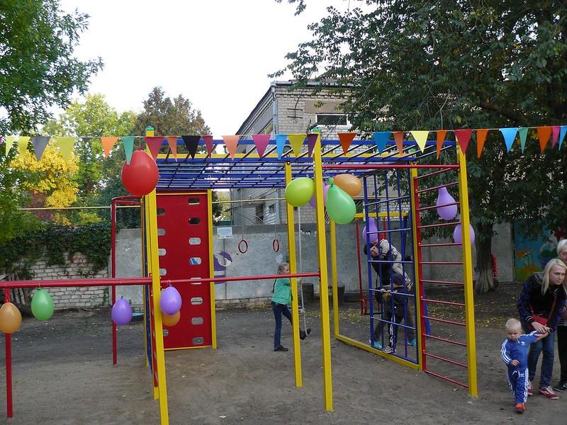 Мешканці багатоповерхівки власними руками зробили дитячий майданчик