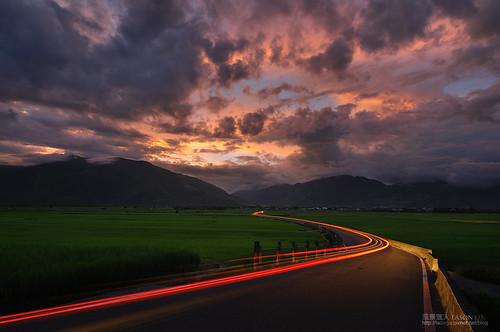 road sunset cloud landscape taiwan 夕陽 curve 台灣 日落 風景 台東 鄉村 田園 池上 火燒雲 天堂路 霞光 車軌 車流 車跡 萬安 風景獵人
