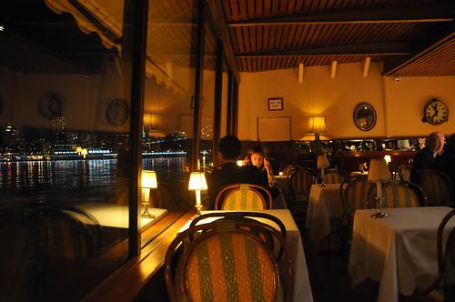 Mesas junto a los ventanales