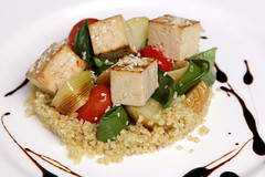 Tofu marinato, bulgur e verdure