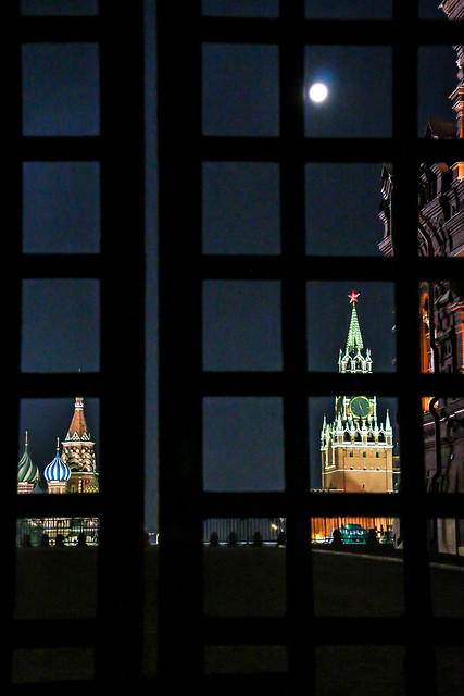 Red square and full moon view from the closed gate モスクワ、閉鎖された門から見た赤の広場と満月