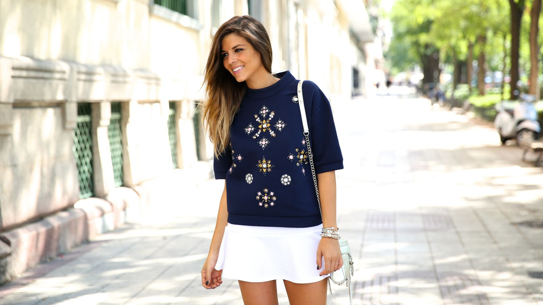 trendy_taste-look-outfit-street_style-ootd-blog-blogger-fashion_spain-moda_españa-sport_chic-isabel_marant-botines-booties-sudadera-pedrería-sweater-falda-skirt-blue-azul-trend-tendencia-bolso_plateado-silver-bag-5